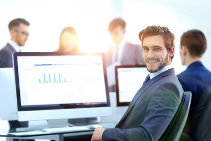 Lächelnder Geschäftsmann an seinem Arbeitsplatz