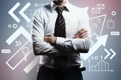 Ein Mann, der vor einer Tafel steht, auf der verschiedenste Symbole dargestellt sind.
