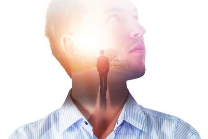 Portraitbild eines Mannes, der über den Weg zum Erfolg nachdenkt.