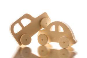 Ein Autounfall, der mit Spielzeugautos dargestellt wird