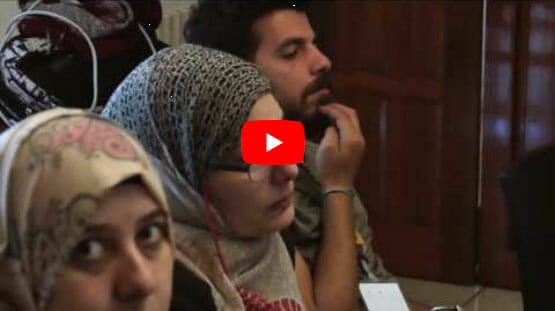 Syrische Frauen und Männer lauschen den Ausführungen zur TBT Methode